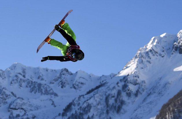 Irský snowboardista Seamus O'Connor při semifinále slopestylu.