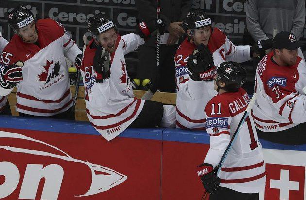 Kanadská střídačka slaví gól Brendana Gallaghera v semifinále s USA.