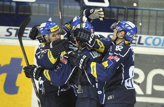 Hráči Kladna se radují z prvního gólu na ledě Vítkovic.
