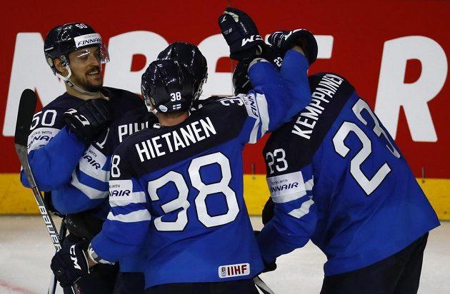 Finská radost. Hokejisté Finska postoupili mezi nejlepší čtyři týmy MS v Německu a Francii. O medaile si obhájci stříbra zahrají po čtvrtfinálové výhře nad USA 2:0.