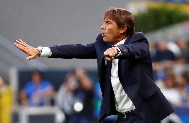 Antonio Conte udílí pokyny svým svěřencům v zápase proti Slavii
