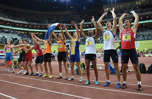 Adam Sebastian Helcelet (vpravo) děkuje s ostatními sedmibojaři divákům v pražské O2 areně za podporu.