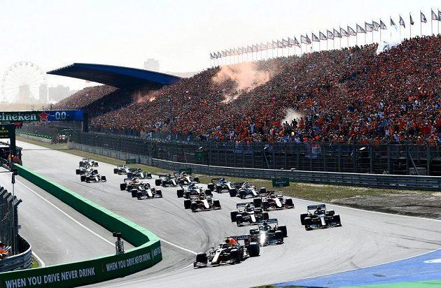 Velká cena Nizozemska formule 1 bezprostředně po startu.