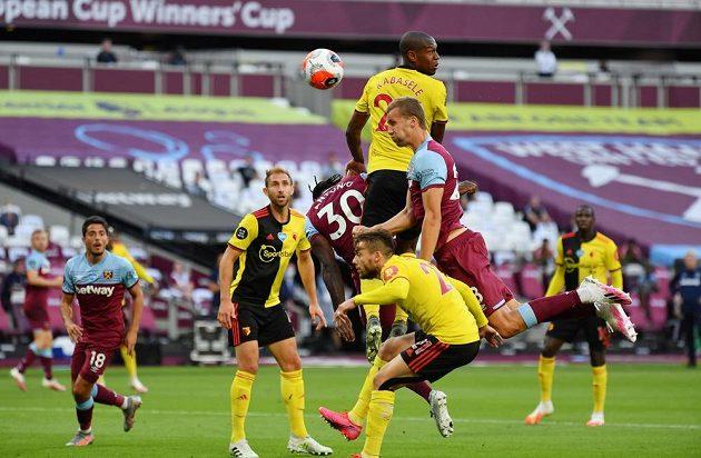Tomáš Souček z West Hamu se prosazuje proti obraně Watfordu a dává gól.
