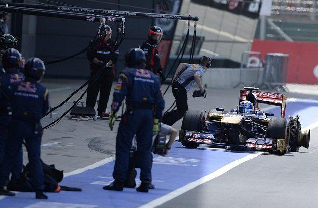 Vítej v klubu... Také Jean-Éric Vergne z týmu Toro Rosso přijíždí do boxů se stejným problémem.