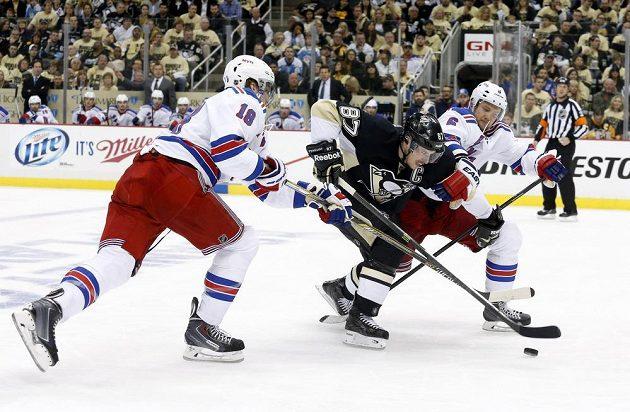 Kapitán Pittsburghu Sidney Crosby se probíjí obranou Rangers během prvního duelu druhého kola play off.
