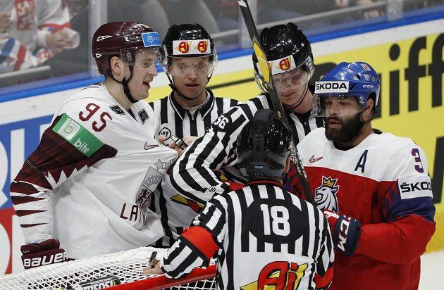 Radko Gudas (vpravo) řeší problém u české branky v utkání s Lotyšskem.