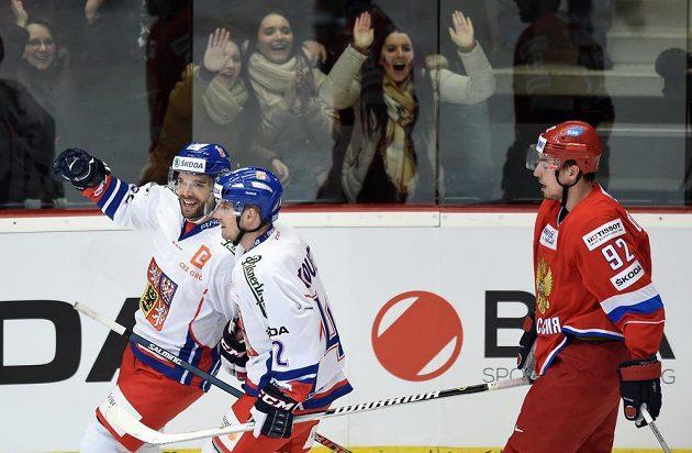 Útočníci Michal Vondrka (vlevo) a Petr Koukal se radují z gólu proti Rusku.