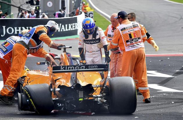 Fernando Alonso končí, závod v Belgii pro něj skončil už po pár stovkách metrů.