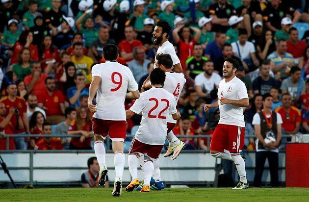 Tornike Okriašvili (nahoře) z Gruzie slaví vedoucí gól svého týmu v Getafe proti Španělsku.