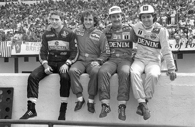Přátelské objetí jako hra pro fotografy aneb pohoda na boxové zídce v Estorilu před Velkou cenou Portugalska v roce 1986. Zleva Ayrton Senna, Alain Prost, Nigel Mansell a Nelson Piquet.