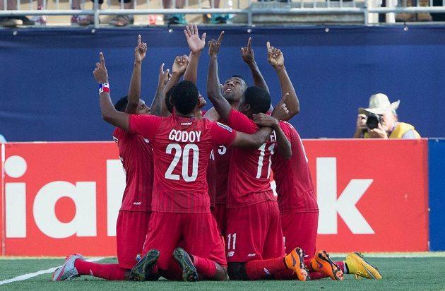 Fotbalisté Panamy slaví gól Roberta Nurseho v zápase o třetí místo proti USA na Zlatém poháru.