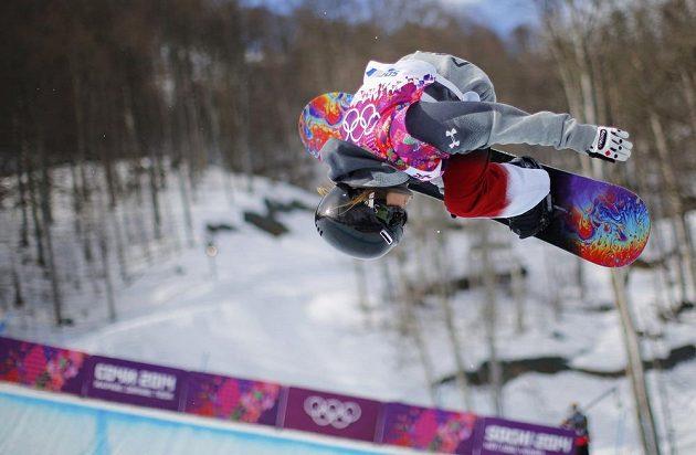 Vysoký trik kanadské snowboardistky Alexandry Duckworthové při kvalifikaci v U-rampě.