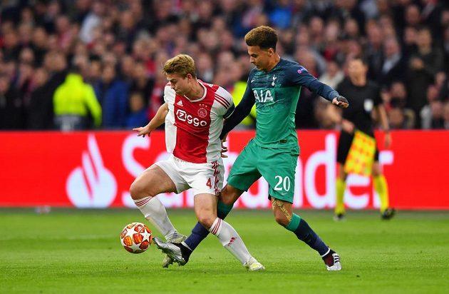 Dele Alli (vpravo) z Tottenhamu bojuje o míč s Matthijsem de Ligtem z Ajaxu.