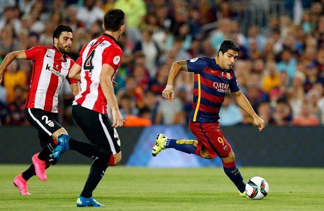 Luis Suárez z Barcelony bojuje s obranou Bilbaa v odvetném utkání španělského Superpoháru.