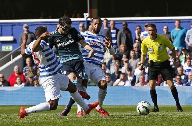 Cesc Fábregas (4) z Chelsea přesně umístil svou střelu a rozhodl o vítězství svého týmu na hřišti Queens Park Rangers.