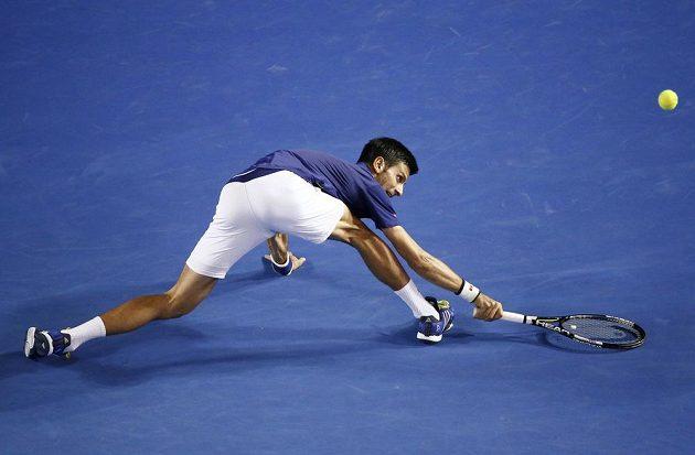 Srbský tenista Novak Djokovič nedosahuje na míček ve finále mužské dvouhry na letošním Australian Open.