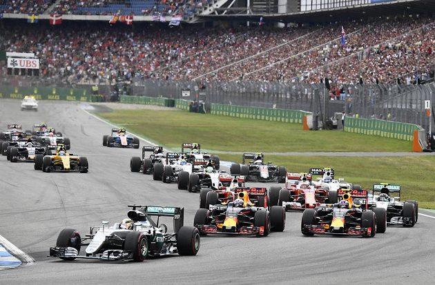 Start Velké ceny Německa. V čele jede Brit Lewis Hamilton, domácí favorit Nico Rosberg na čtvrté pozici zcela vpravo.