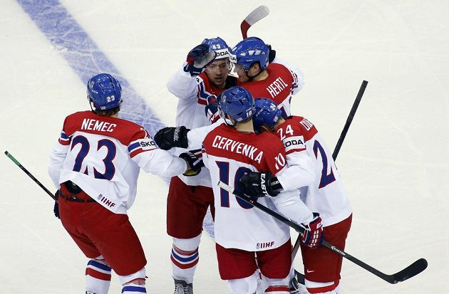 Čeští hokejisté se radují ze vstřelení gólu proti Slovensku. Vlevo je autor branky Ondřej Němec.