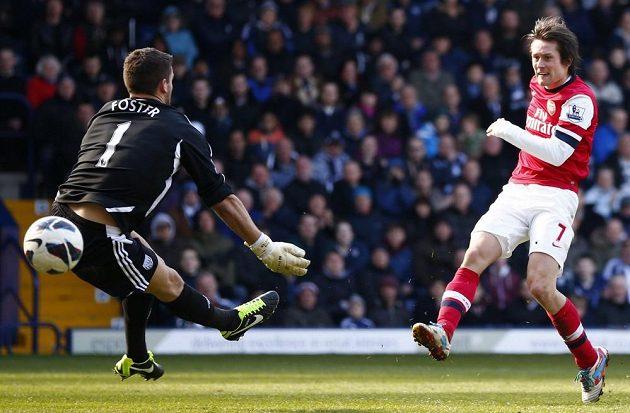 Tomáš Rosický prostřelil brankáře Bena Fostera a dal druhý gól svůj i Arsenalu.