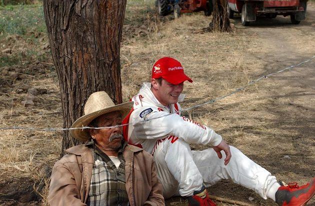 Sébastien Loeb při vzácné chvilce odpočinku na Rallye Mexiku 2004.