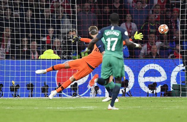 Brankář Tottenhamu Hugo Lloris se marně natahuje, na střelu Hakima Zijacha (není na snímku) nedosáhl a Ajax vedl 2:0.