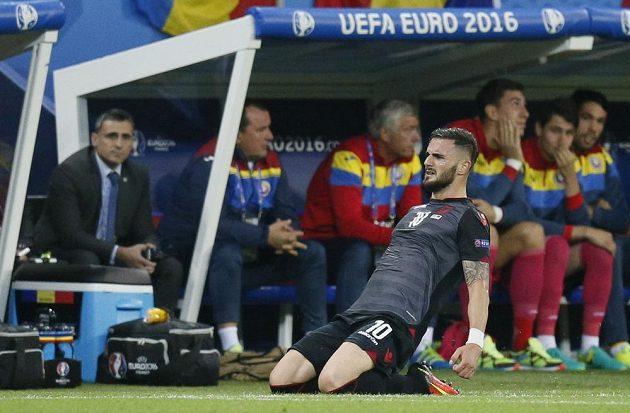 Albánec Armando Sadiku se raduje z gólu proti Rumunsku.
