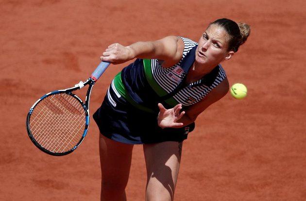 Karolína Plíšková při podání ve čtvrtfinále French Open.