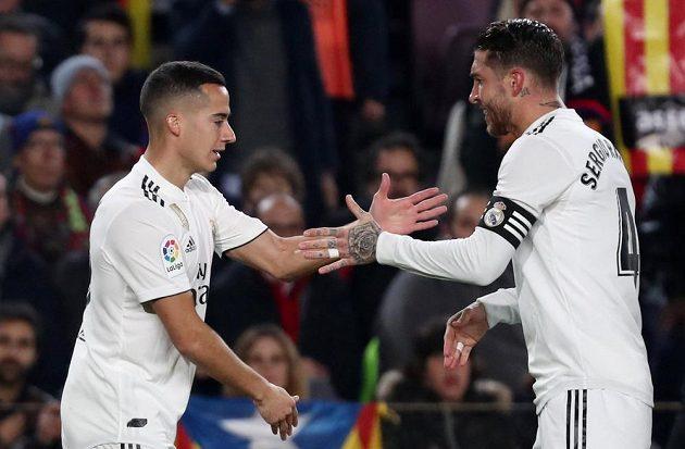 Lucas Vazquez slaví se Sergio Ramosem úvodní branku utkání