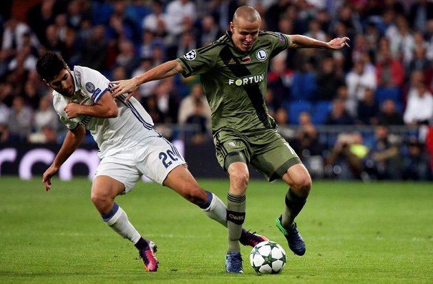 Marco Asensio z Realu Madrid (vlevo) a obránce Legie Varšava Adam Hloušek v úterním zápase Ligy mistrů.