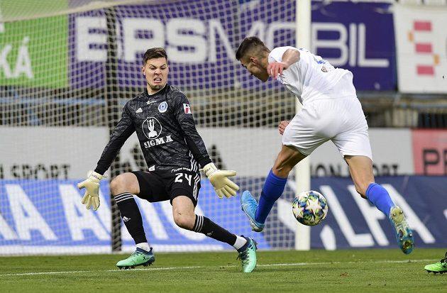 Brankář Olomouce Aleš Mandous a Petar Musa z Liberce v akci během utkání nejvyšší soutěže.