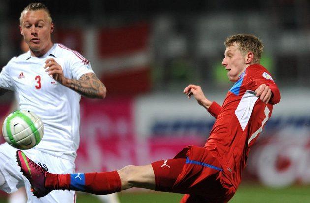 Ladislav Krejčí (vpravo) odkopává míč před Simonem Kjaerem z Dánska.