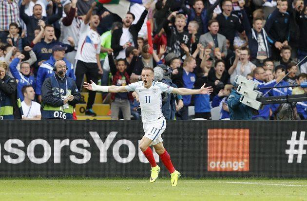 Anglický útočník Jamie Vardy se raduje z gólu proti Walesu na ME.