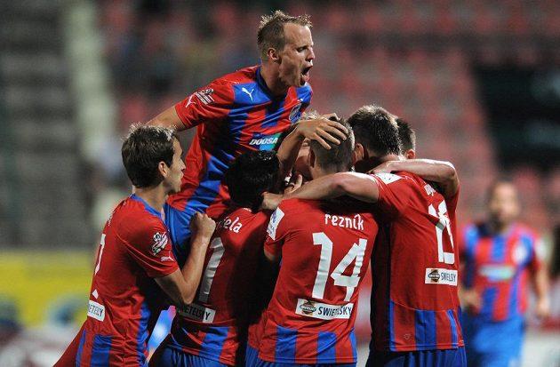 Hráči Plzně oslavují třetí gól v utkání s Příbramí.
