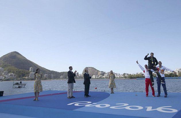 Medailový ceremoniál po finále mužského skifu.