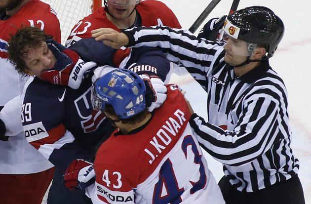 Američan Justin Abdelkader (vlevo) v bitce s českým hokejistou Janem Kovářem ve čtvrtfinále MS.