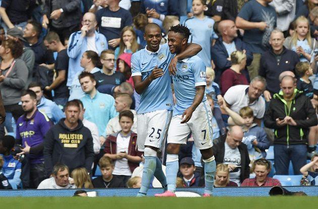 Záložník Manchesteru City Raheem Sterling (vpravo) slaví se spoluhráčem Fernandinhem gól proti Watfordu v utkání 4. kola Premier League.