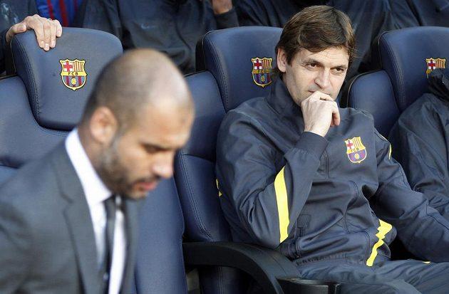 Tito Vilanova na lavičce Barcelony ještě jako asistent Josepa Guardioly (vlevo).