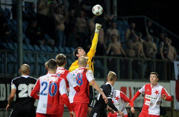 Brankář Slavie Karel Hrubeš zasahuje v utkání proti Českým Budějovicím.