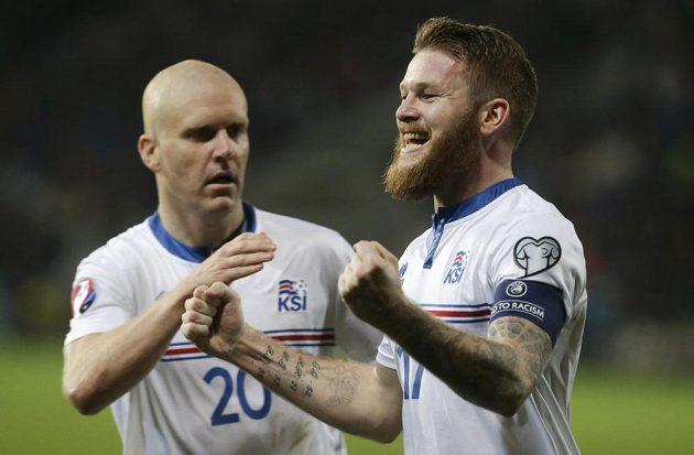 Islandský záložník Aron Gunnarsson (vpravo) slaví se spoluhráčem Emilem Hallfredssonem gól v síti Lotyšska v kvalifikačním utkání ME 2016.
