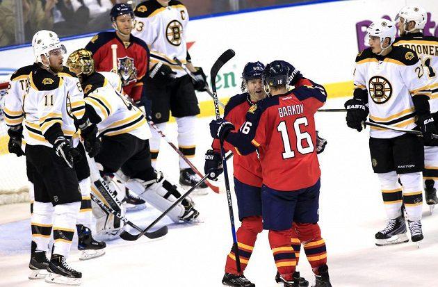 Útočníci Floridy Aleksander Barkov (16) a Jaromír Jágr slaví vstřelený gól proti Bostonu.