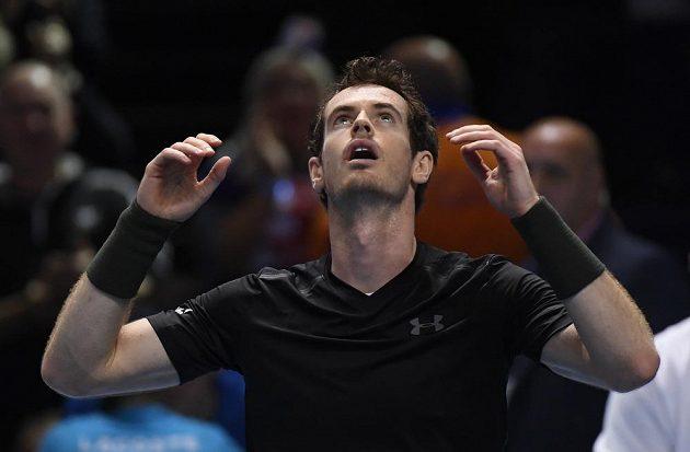 Je konec. Andy Murray se raduje po vítězství nad Srbem Novakem Djokovičem.
