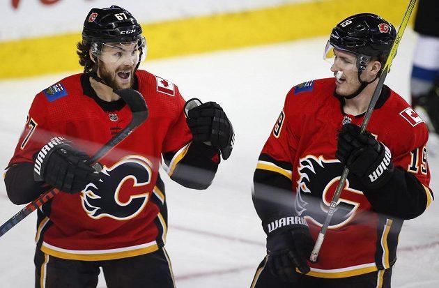 Český útočník Michael Frolik (vlevo) oslavuje svoji trefu proti Coloradu se spoluhráčem z Calgary Matthewem Tkachukem.