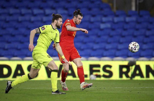 Hvězda Walesu Gareth Bale (vpravo) a Ondřej Čelůstka v kvalifikačním duelu o postup na MS.