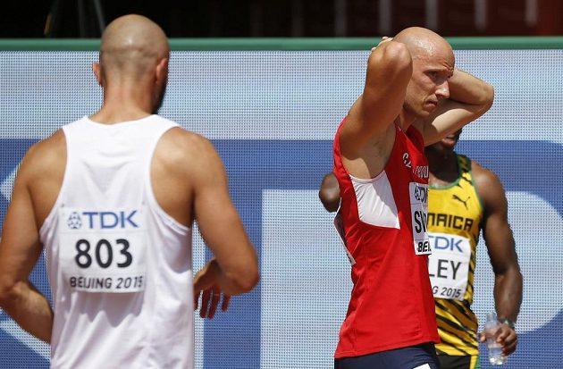 Zkušený překážkář Petr Svoboda (vpravo) po diskvalifikaci spílal Američanovi Ronniemu Ashovi.