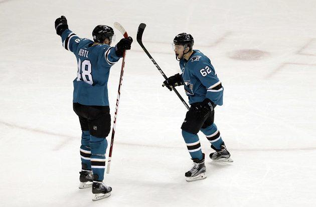 Žraloci slaví. Kevin Labanc (62) právě rozhodl zápas NHL s Vancouverem ve prospěch San Jose. O radost se střelcem se spěchá podělit český útočník Tomáš Hertl.