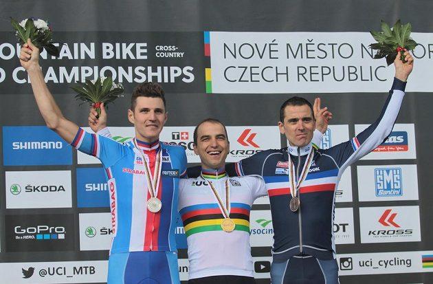 Zleva stříbrný Jaroslav Kulhavý, mistr světa Nino Schurter ze Švýcarska a bronzový Julien Absalon z Francie.