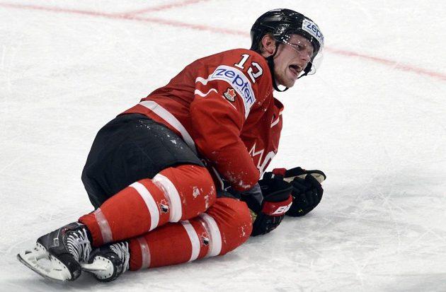 Zraněný kanadský útočník Eric Staal po zákroku švédského obránce Alexandera Edlera.