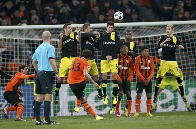 Dario Srna (s číslem 33) střílí gól Šachtaru Doněck proti Borussii Dortmund.