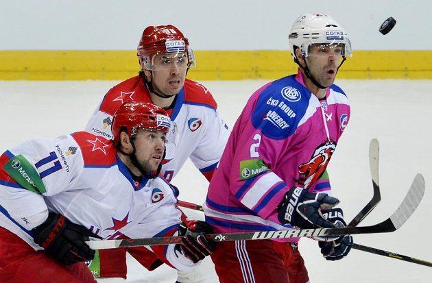 Zleva Vladimir Žarkov a Ilja Zubov z CSKA a Jakub Klepiš ze Lva.